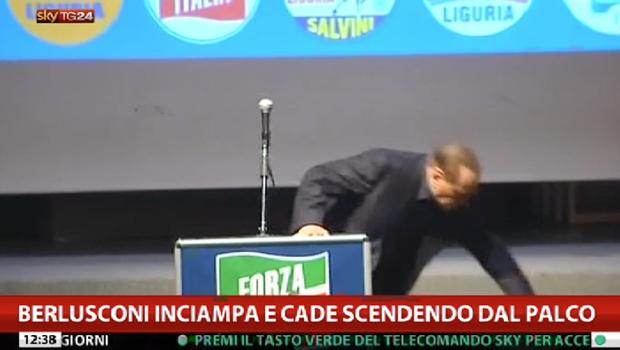La caduta di Silvio - #Berlusconi inciampa e cade dal palco (VIDEO)